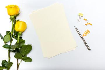 Hojas para escribir notas o carta sobre mesa blanc