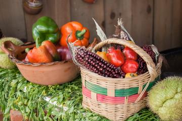 Maíz y verduras en cesta