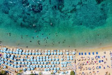 Wall Mural - Topdown Sicht auf den Psarou Strand mit dicht gestellten Sonnenschirmen an türkisem Meer, Mykonos, Griechenland