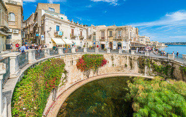 The Fountain of Arethusa and Siracusa (Syracuse) in a sunny summer day. Sicily, Italy. Fototapete