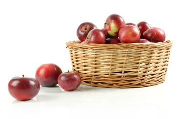 Obraz Wiklinowy kosz pełen czerwonych jabłek - fototapety do salonu
