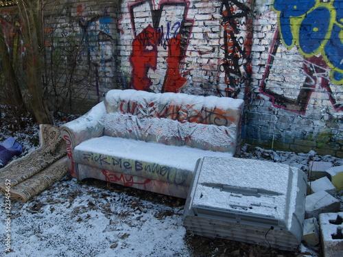 Sofa Sperrmull Wilde Mullkippe Fernseher Schrott Mauer