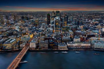 Photo sur Plexiglas Londres Blick über die Themse auf die Hochhäuser der City von London am Abend, Großbritannien