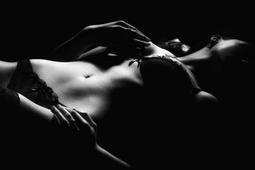 attrakttive schöne sexy junge frau in dessous unterwäsche liegend akt nackte haut verdeckt bh slip höschen slip