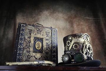 Steampunk,cappello a ingranaggi,valigetta e pistola