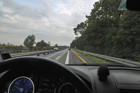 POV Auto Fahrer Perspektive geschwindigkeit autobahn baustelle engstelle gefahr schamle spur fahrspur freie fahrt amaturenbrett interieur und windschutzscheibe sicht