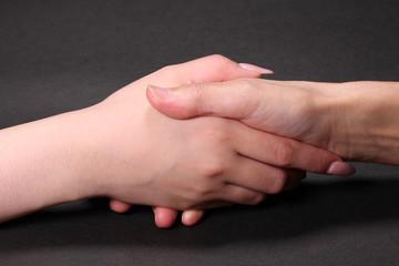 握手するシニアと若い女性
