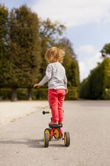 Kind balaciert auf Fahrrad. Little child balance on bicycle.