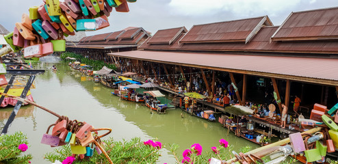 On April 1, 2018 at the floating market of Ayutthaya, trade and tourism.