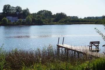 Seezugang zu oberbayerischen See mit Holzsteg