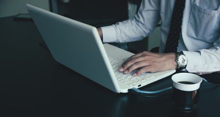 ノートパソコンを操作するビジネスマン