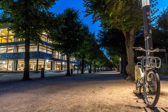 Bundesverfassungsgericht in Karlsruhe bei Nacht