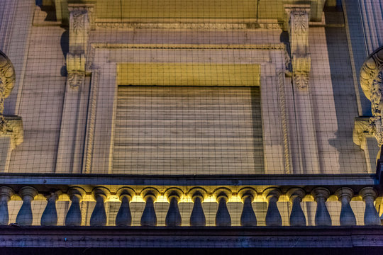 Beleuchtetes historisches Gebäude in Karlsruhe