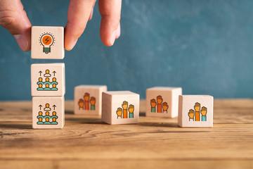 Würfel mit Symbolen zeigen Bewerbungs- und Karriereprozess