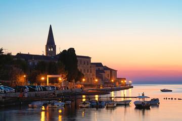 Blick auf die Altstadt von Porec in Kroatien am Abend