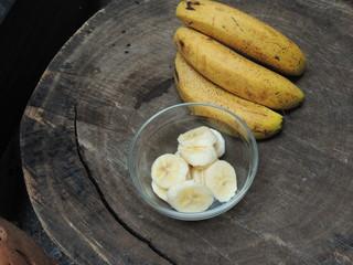 Banana na casca  e cortada