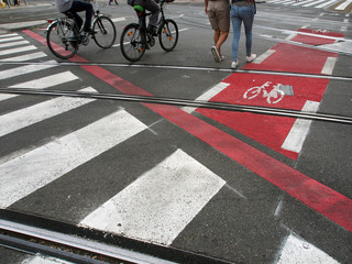 Fahrradweg, Zebrastreifen und Straßenbahnschienen, Passanten