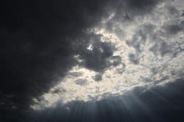 暗雲 差し込む光
