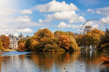 Der St. James Park in London im Herbst bei goldenem Sonnenscheim, Großbritannien