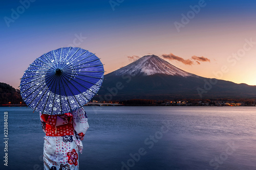 Wall mural Asian woman wearing japanese traditional kimono at Fuji mountain. Sunset at Kawaguchiko lake in Japan.