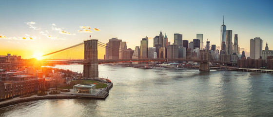 Wall Mural - Panoramic view of Brooklyn bridge and Manhattan at sunset, New York City