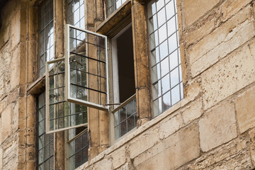 Offenes Fenster an altem Gebäude