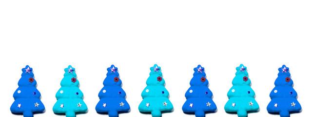青と水色のクリスマスツリーを交互に白背景の上に並べて置く