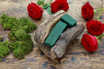 How to make simple floral arrangement with roses and mos inside a piece of bark