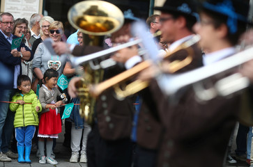 People watch the Oktoberfest parade in Munich