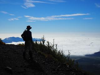 早朝に発生した雲海を富士山(宝永山)から眺める中学生