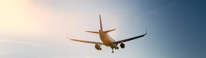 Passagierflugzeug im Landeanflug auf den Flughafen bei Sonne im Sonnenschein
