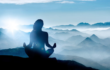 Yoga / Meditation im Gebirge bei Sonnenaufgang