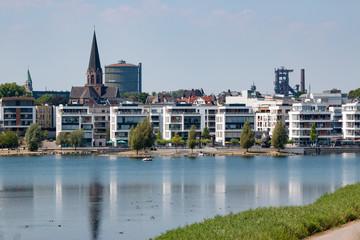 Phoenixsee und Hörder Stadtansicht mit altem Stahlwerk im Hintergrund