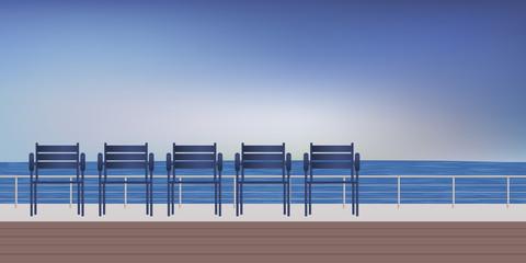Promenade de bord de mer avec des sièges pour se détendre en regardant la mer et l'horizon.