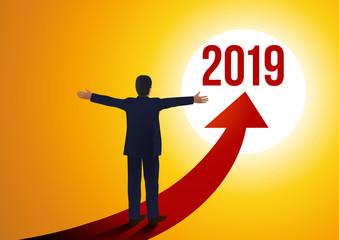 Un patron les bras ouverts face aux perspectives d'avenir de la nouvelle année 2019 symbolisé par une flèche.