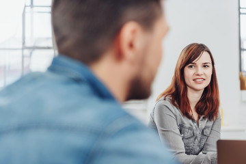 frau spricht mit einem kollegen im büro