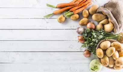 Papiers peints Legume Potatoes onion carrot celery kohlrabi and garlic.
