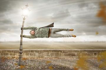 Mann in einem heftigen Herbstturm