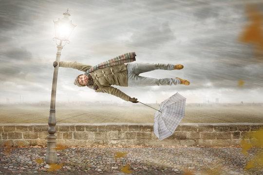 Mann in einem kräftigen Herbstturm