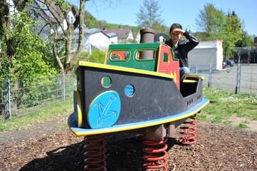 Kapitän auf dem Schiff eines Kinderspielplatzes