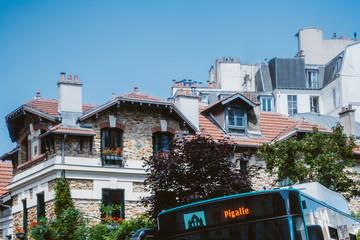 Maison et bus parisien pour Pigalle, Montmartre, Paris