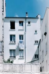 Immeuble et linge à la fenêtre, Montmartre, Paris