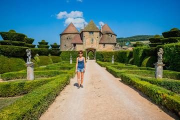 Femme dans le Château de Berzé-le-Châtel