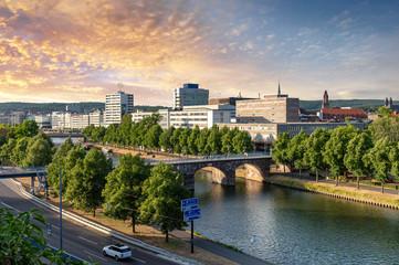 Saarbrücken, Saarland - Stadtzentrum mit Saar und alter Brücke am Abend
