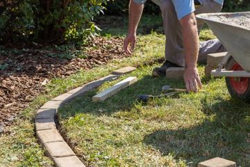 Rasenkante im Garten pflastern