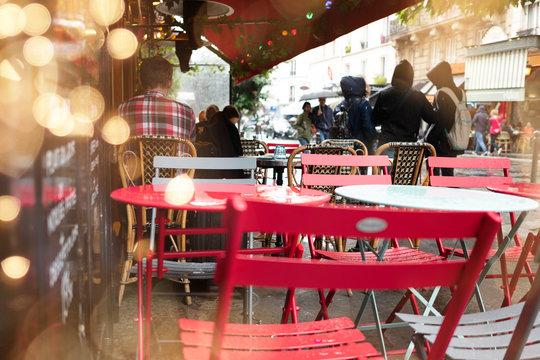 café restaurant terrasse pluie paris ville urbain manger boire sortir amis seul chaise table météo automne