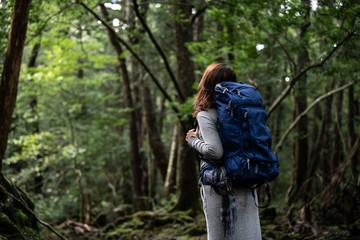 森林浴をする女性