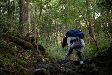 登山準備をする女性