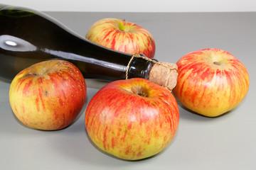 Papiers peints Biere, Cidre Bouteilles de cidre et pommes