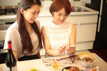 料理を撮影する女性